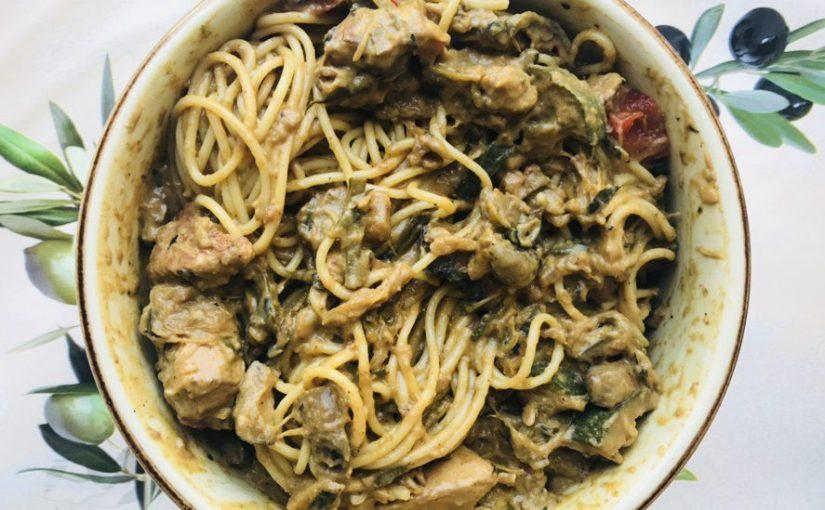 Espagueti cremosos al curry de pollo yverduras