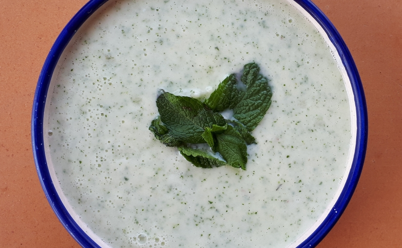 Crema refrescante de pepino, melón, yogur ymenta