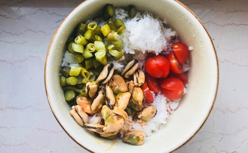 Ensalada de arroz con mejillones en escabeche yencurtidos