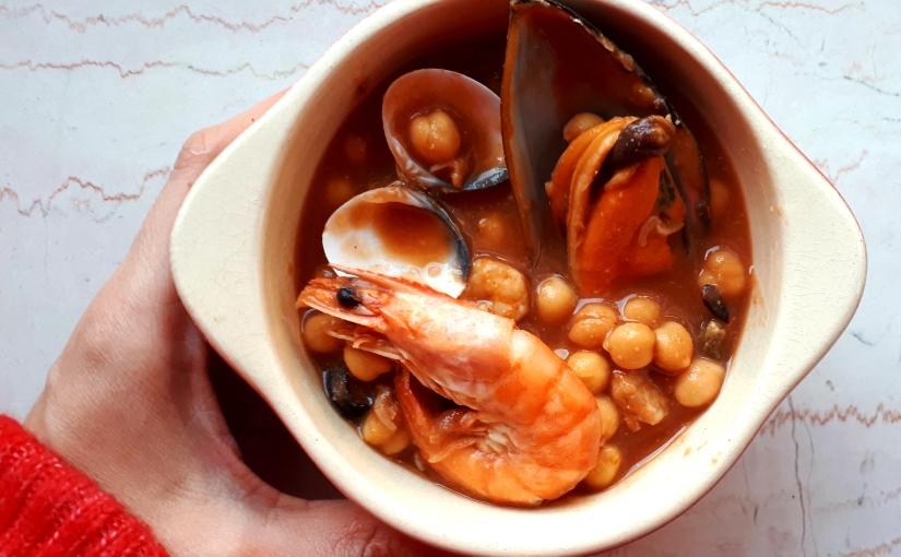 Cazuela de garbanzos con marisco (lista en 20min)