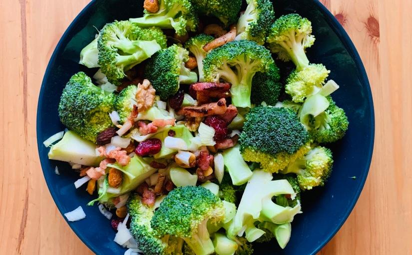 Ensalada de brócoli con bacon y aliñocremoso