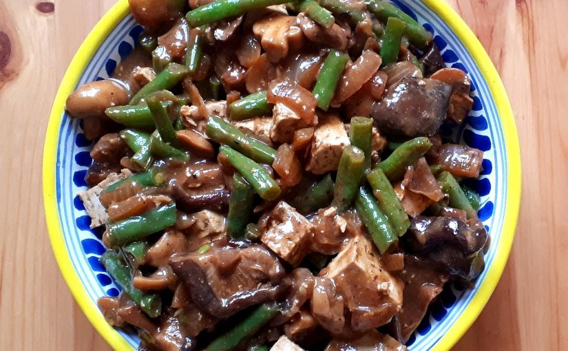Salteado oriental con setas, tofu y salsa decacahuete