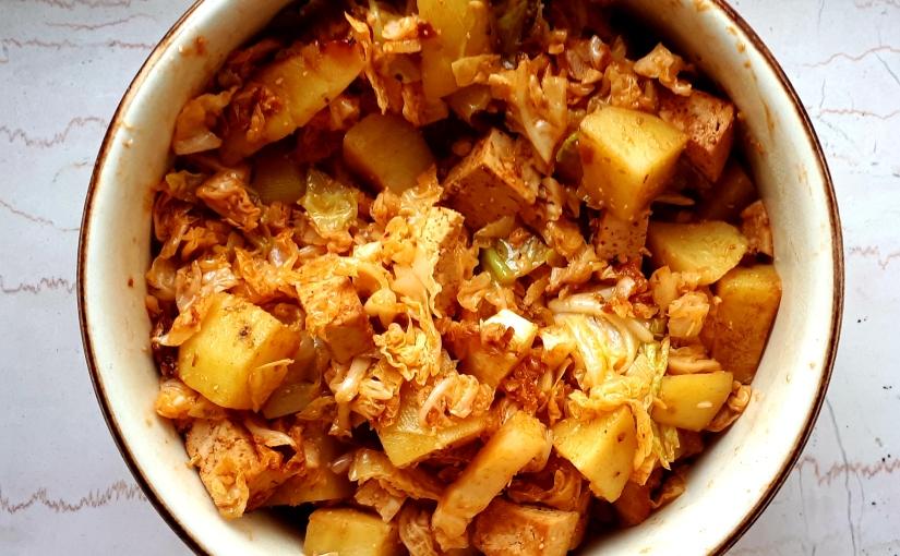 Repollo, patata y tofu con refrito de ajo ypimentón