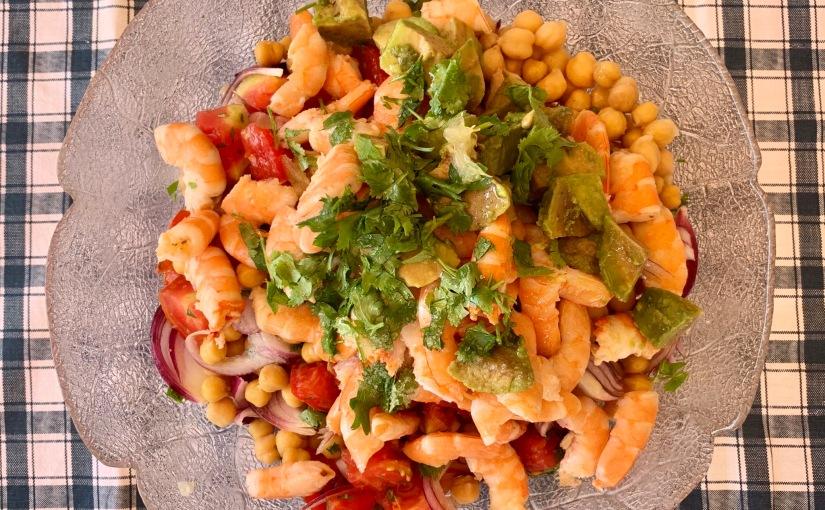 Ensalada de legumbres con langostinos ycilantro