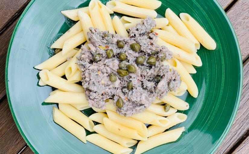 Pasta con sardinillas y alcaparras (fría ocaliente)